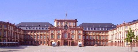 Ehrenhof_des_Mannheimer_Schlosses-1.JPG